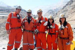 Tom Dixon, Paulina Contreras y el equipo en la mina El Teniente