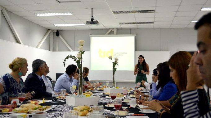 La decano de Diseño UDD, Alejandra Amenábar, expone en el desayuno TID