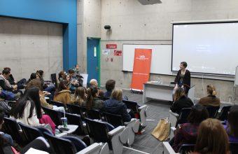 Daniela Ahumada y Constanza Eyzaguirre comparten el valor del oficio en distintas actividades de la facultad.