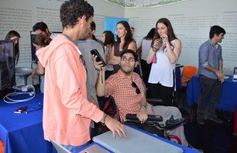 Alumnos de Interacción Digital exponen en feria de tecnologías para la inclusión CEDETI UC