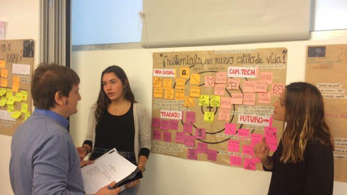 Jorge Hernández dando feedback a alumnas de pregrado