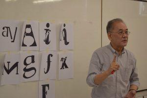 Dennis Ichiyama evalúa los resultados del workshop de Letterpress