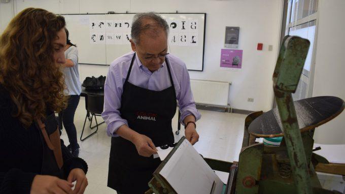Ichiyama demuestra la técnica de Letterpress en su workshop