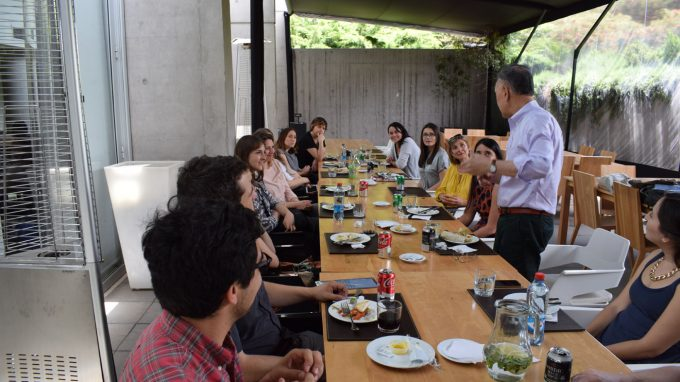 Ichiyama disfruta de un almuerzo con profesores y administrativos de la Facultad de Diseño UDD