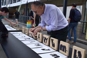 Ichiyama prepara la exposición de los resultados de su workshop en la facultad de Diseño UDD