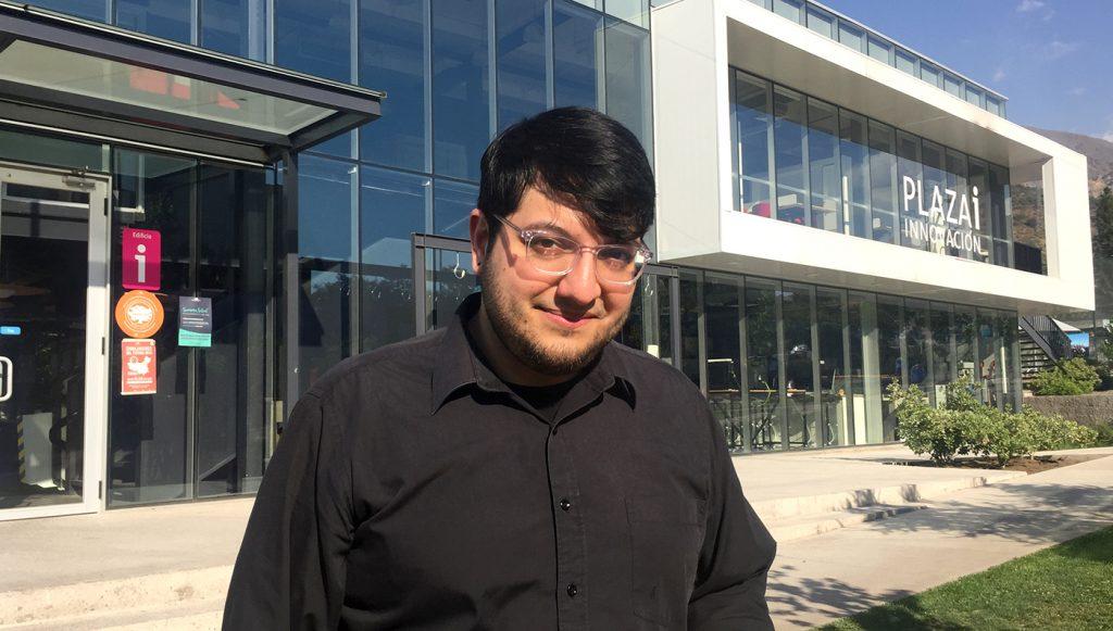 Joseph Saavedra frente a edificio Plaza i