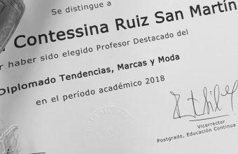 Alejandra Ruiz fue reconocida por la UDD como docente destacada de diplomados